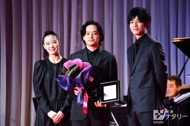 第32回日刊スポーツ映画大賞の表彰式にて、左から蒼井優、池松壮亮、松坂桃李。