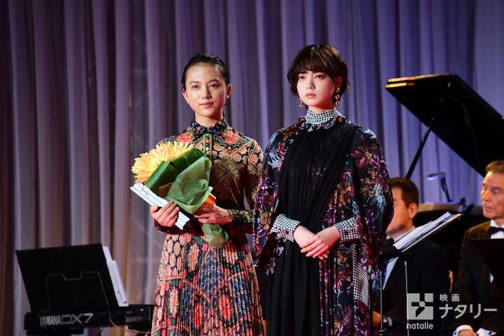 第32回日刊スポーツ映画大賞の表彰式にて、左から清原果耶、平手友梨奈。