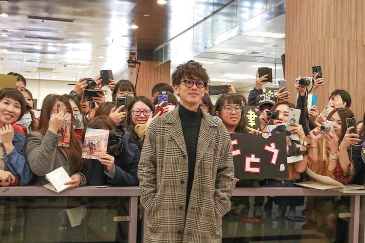 台北の松山空港でファンに出迎えられた佐藤健。