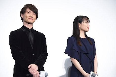 森七菜に鏡史郎の表情を指摘され、ニヤリとする神木隆之介(左)。