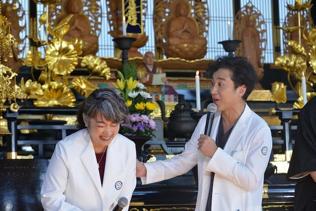 余貴美子(左)の注目ポイントに驚くムロツヨシ(右)。