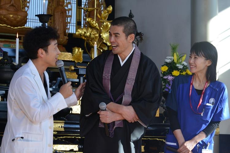 左からムロツヨシ、伊藤英明、中谷美紀。