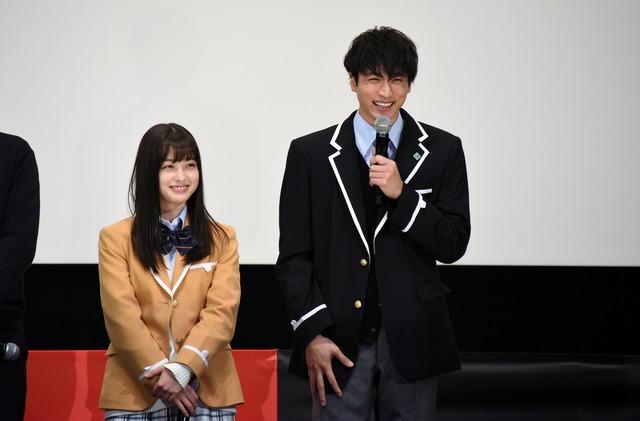 左から橋本環奈、小関裕太。