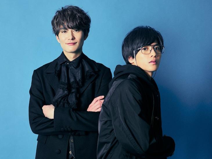 「さんかく窓の外側は夜」より、左から岡田将生演じる冷川理人、志尊淳演じる三角康介。