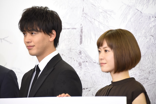 夫婦役の竹内涼真(左)、上野樹里(右)。