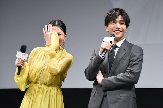 芦名星(左)の聞き間違いを笑う岩田剛典(右)。