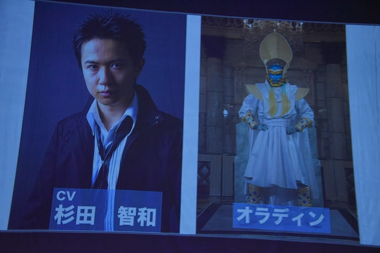 声優発表の様子。スクリーン左から杉田智和、オラディン。