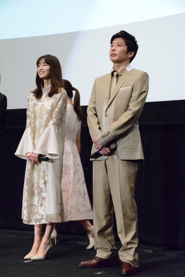 左から岡崎紗絵、田中圭。