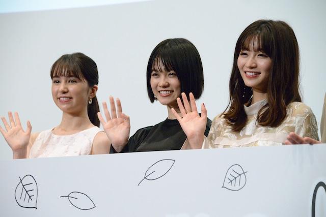 左から松木エレナ、志田彩良、岡崎紗絵。
