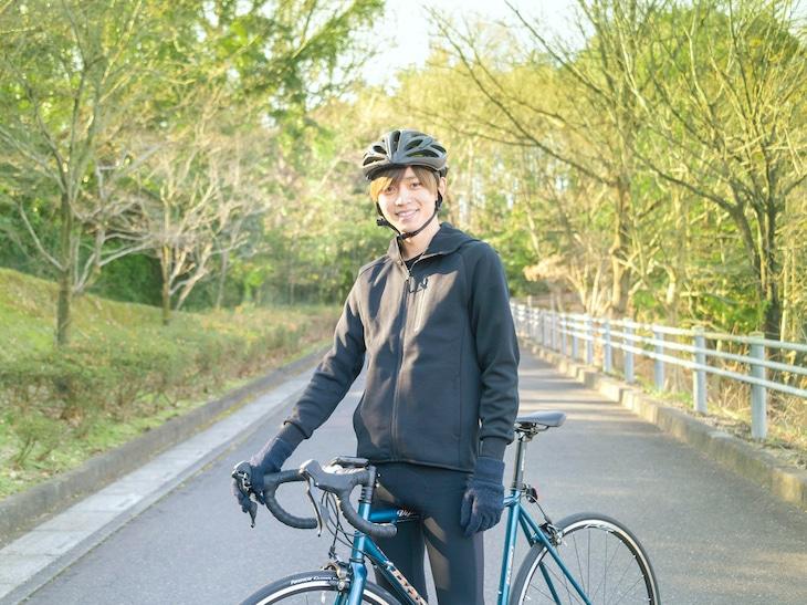 ロードバイクの練習に励む永瀬廉。