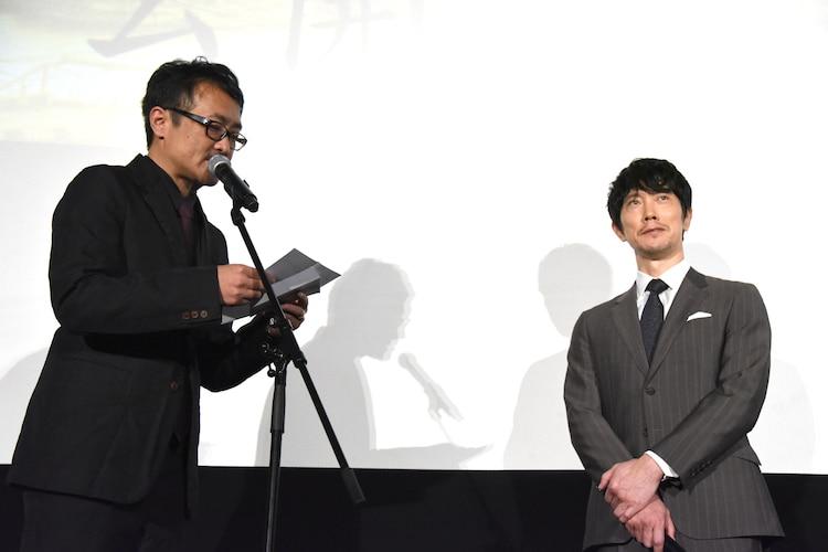 キャストへの感謝の手紙を読み上げる平川雄一朗(左)。