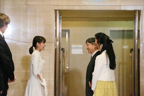 葵わかな(左)が天皇皇后両陛下、愛子内親王殿下と挨拶する様子。