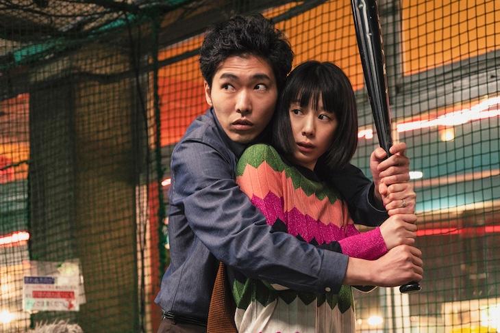 「Red」より、柄本佑演じる小鷹淳(左)と夏帆扮する村主塔子(右)。