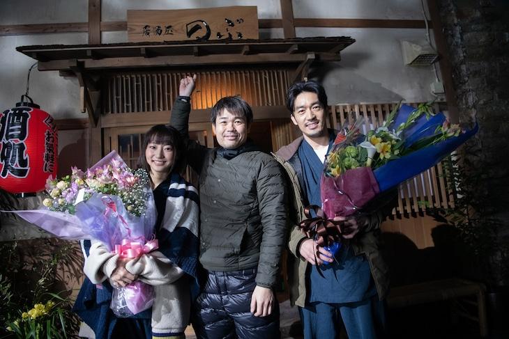 「異世界居酒屋『のぶ』」クランクアップの様子。左から武田玲奈、品川ヒロシ、大谷亮平。