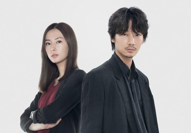 「ドクター・デスの遺産-BLACK FILE-」より、左から北川景子演じる高千穂明日香、綾野剛演じる犬養隼人。