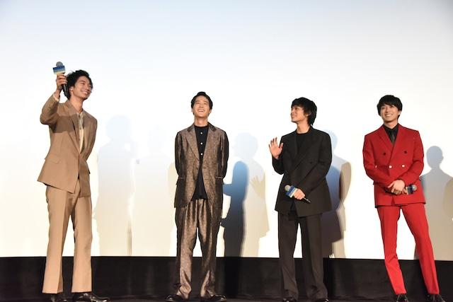 観客とのコールアンドレスポンスが決まり、うれしそうな清原翔(左)。