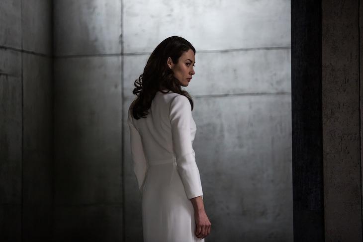 オルガ・キュリレンコ演じるロシア語翻訳者のカテリーナ・アニシノバ。