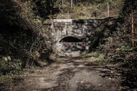 「犬鳴村」撮影のために美術セットが組まれた旧吹上トンネルの様子。