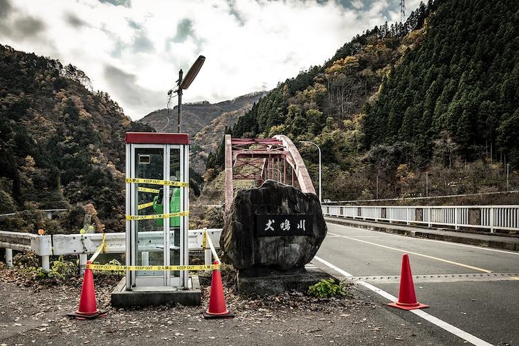 「犬鳴村」撮影のために美術セットが組まれた浦山大橋の様子。