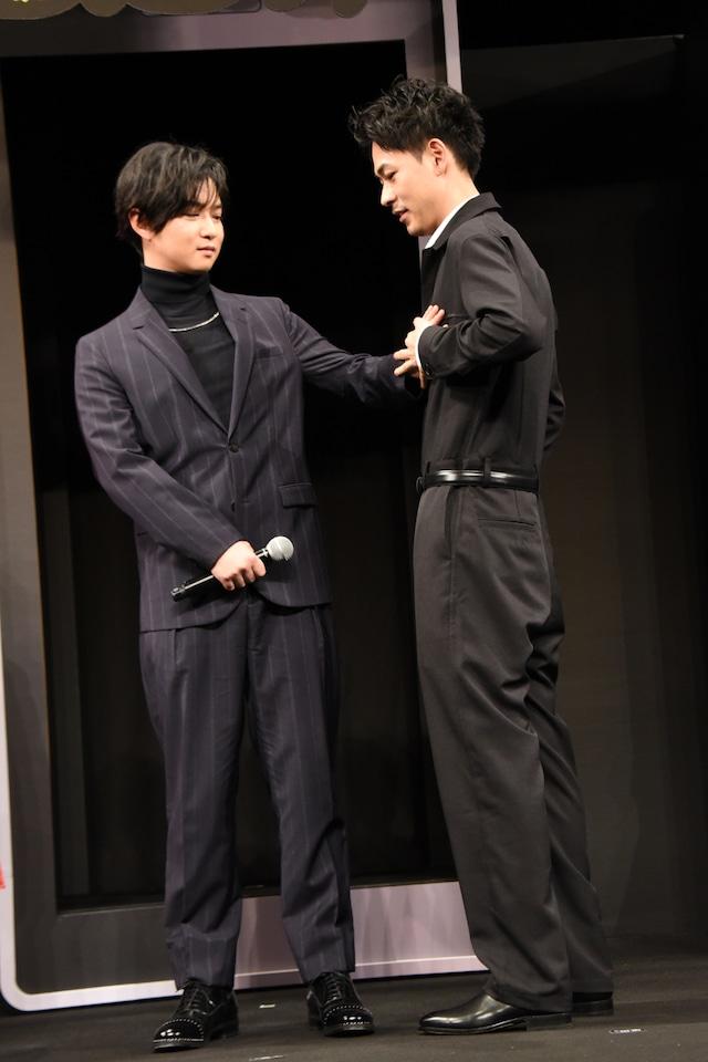 プレゼンに緊張する成田凌(右)の胸の鼓動を確認する千葉雄大(左)。
