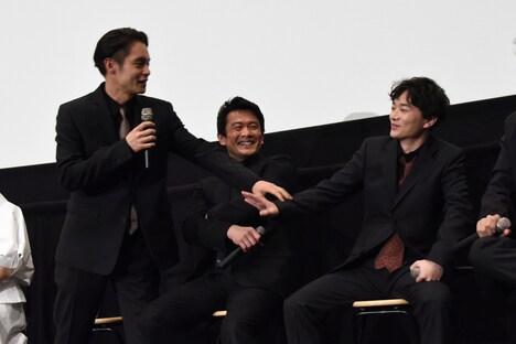 染谷将太(右)を登山に誘うも辞退される窪田正孝(左)。