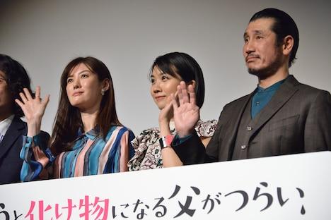左からともさかりえ、松本穂香、渋川清彦。