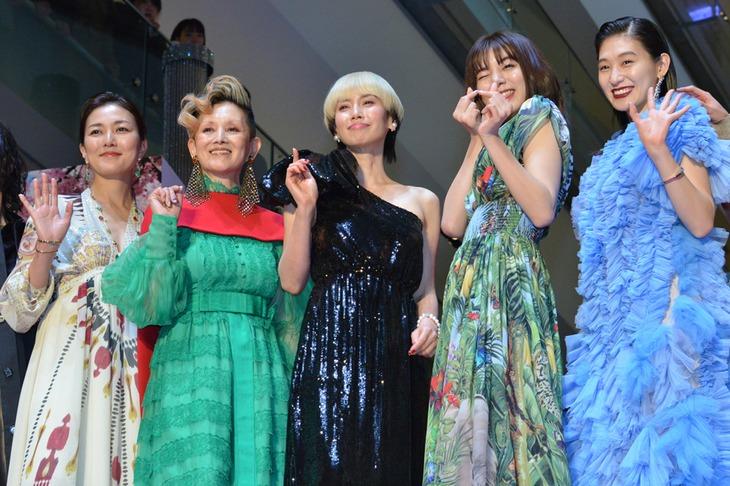 左から板谷由夏、夏木マリ、中谷美紀、池田エライザ、コムアイ。