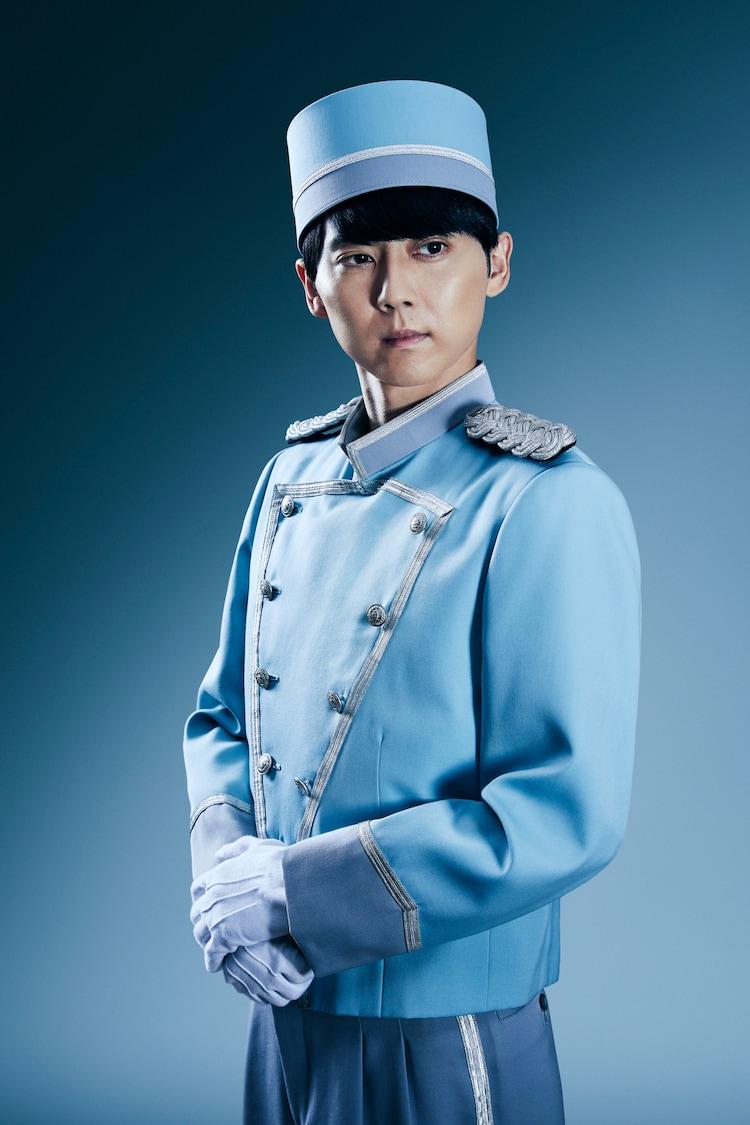 梶裕貴演じるホテルのフロントスタッフ。