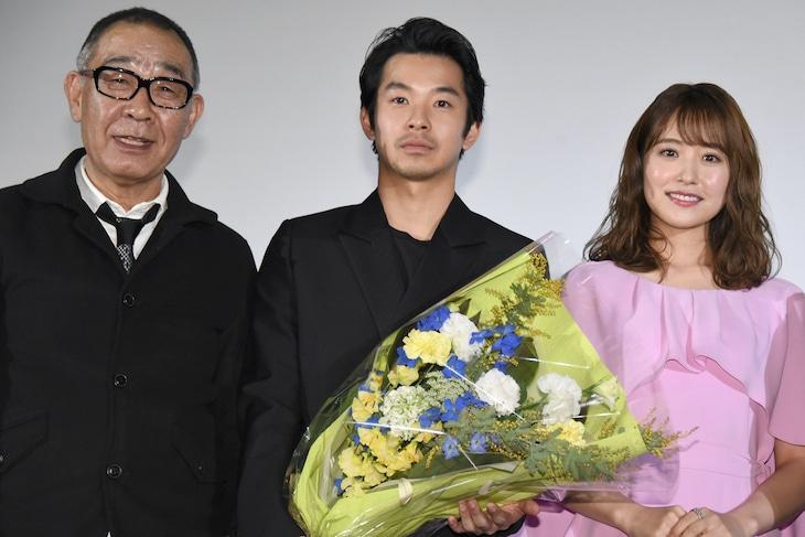 「静かな雨」公開記念舞台挨拶の様子。左からでんでん、仲野太賀、衛藤美彩。