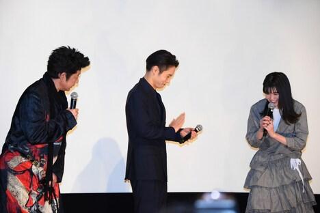 商業映画デビューを祝福される小西桜子(右)。