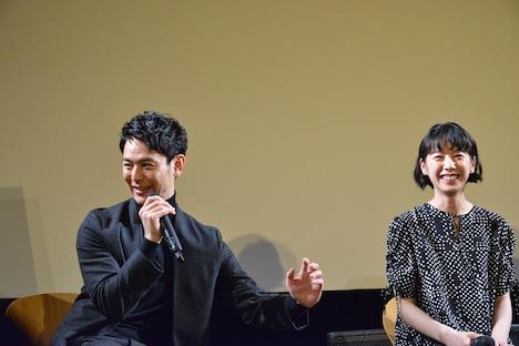 撮影中カメラマンに押されたエピソードを披露する妻夫木聡(左)。