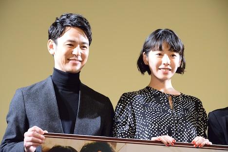 左から妻夫木聡、夏帆。
