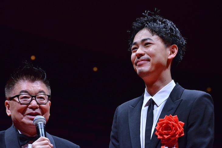 成田凌(右)