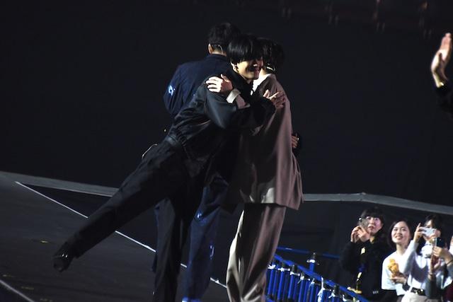 抱き合う川村壱馬(左)と吉野北人(右)。