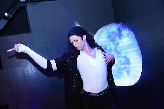 マダム・タッソー東京に展示されている、マイケル・ジャクソンのフィギュア。