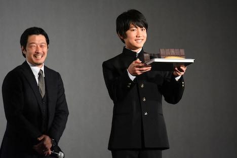 佐藤大志がチョコレートコッペパンを持って登場する様子。