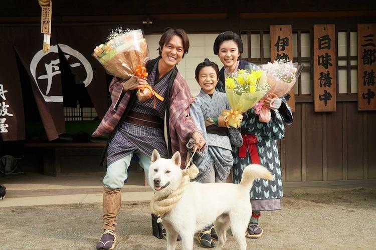 左から丸山隆平、斎藤汰鷹、芳根京子。