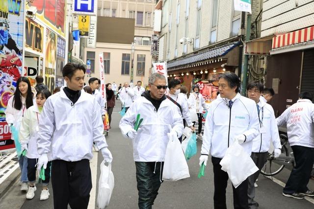 左から窪田正孝、三池崇史、新宿区長の吉住健一。