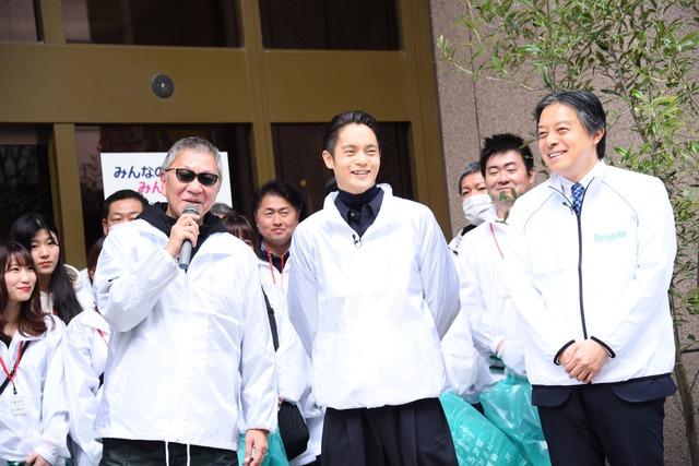 左から三池崇史、窪田正孝、新宿区長の吉住健一。
