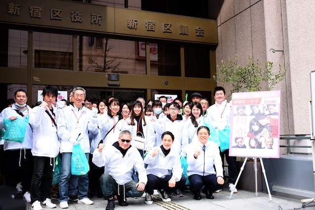 「初恋」歌舞伎町クリーンイベント出発式の様子。前列左から三池崇史、窪田正孝、新宿区長の吉住健一。