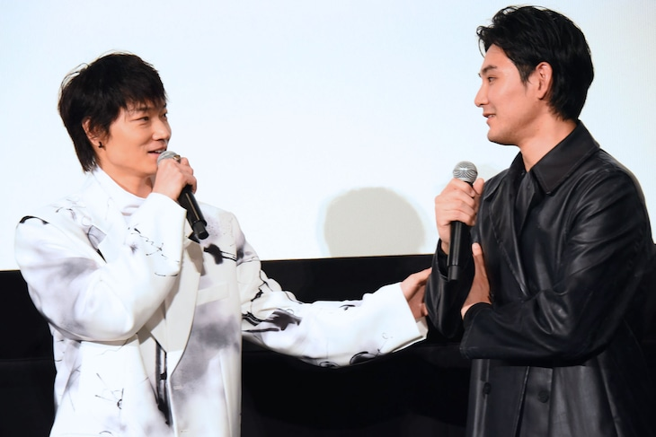 「影裏」公開記念舞台挨拶にて、左から綾野剛、松田龍平。