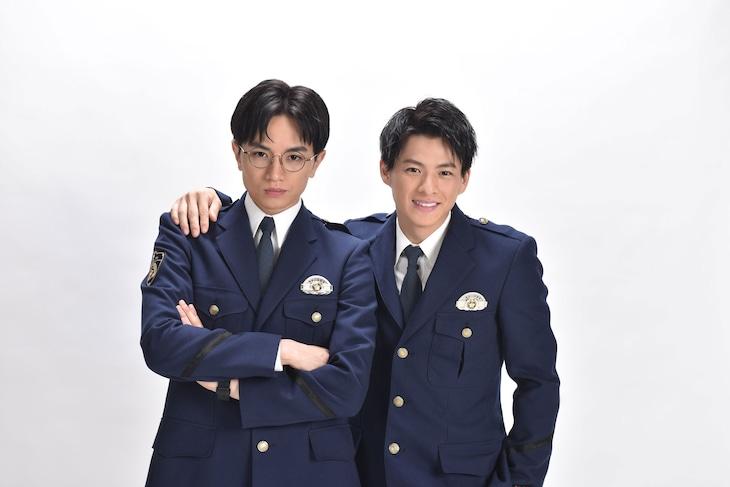 ドラマ「未満警察 ミッドナイトランナー」より、本間快役の中島健人(左)と一ノ瀬次郎役の平野紫耀(右)。
