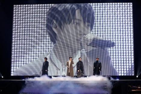 2月16日昼公演より、「White Serenade」パフォーマンスの様子。