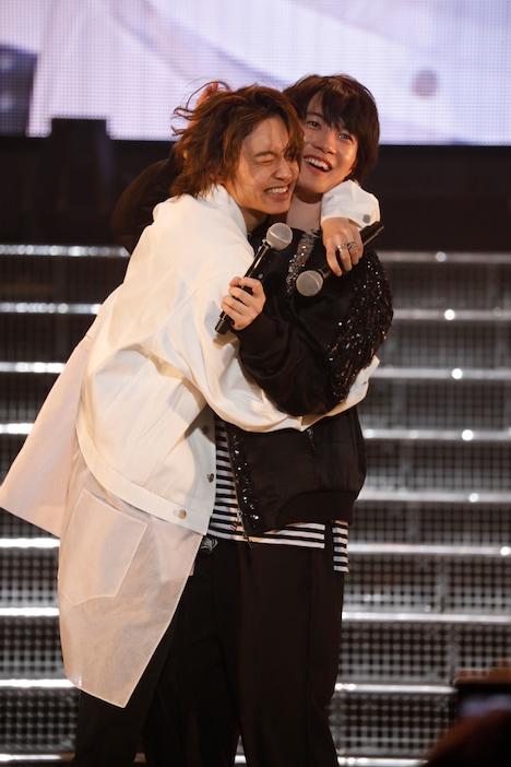 2月16日夜公演のMC中、神木隆之介(右)に抱きつく松岡広大(左)。