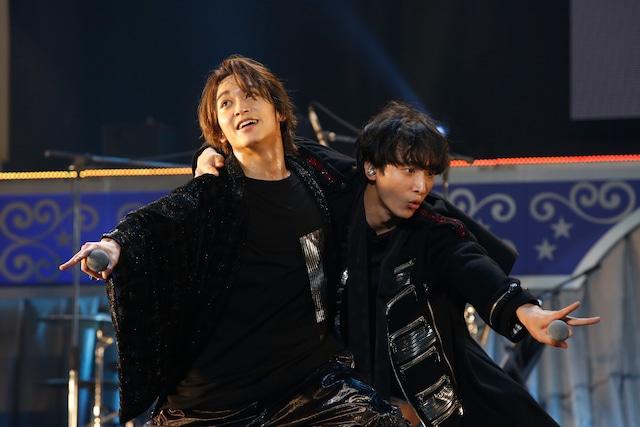 2月16日夜公演より。左から松岡広大、小関裕太。