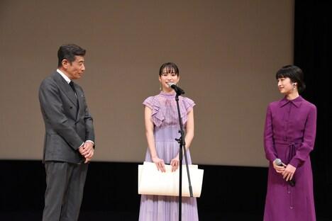 第62回ブルーリボン賞授賞式の様子。左から舘ひろし、関水渚、門脇麦。