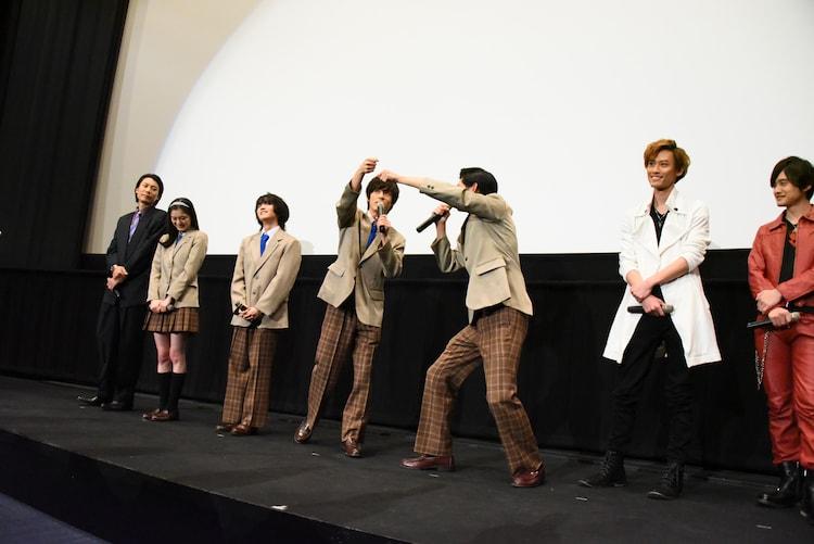 「仮面ライダージオウ」テレビシリーズの、桜の造花を使った卒業式シーンの撮影を回想する奥野壮(中央左)と押田岳(中央右)。
