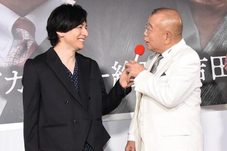 左から生田斗真、笑福亭鶴瓶。