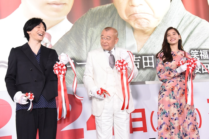 左から生田斗真、笑福亭鶴瓶、新木優子。