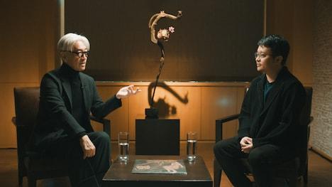 坂本龍一とビー・ガンの対談の様子。